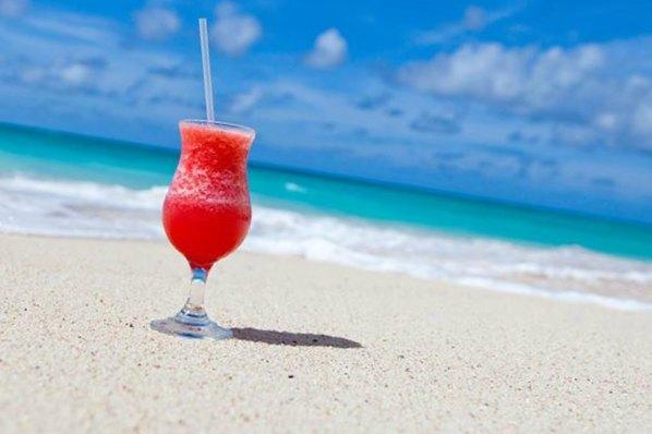 Photo d'un cocktail sur le bord de plage